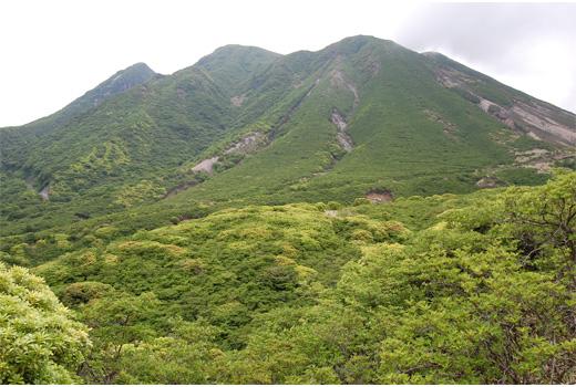 鉱山道路からの三俣山全景