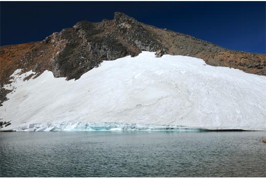 氷河の先端を感じさせる雪渓