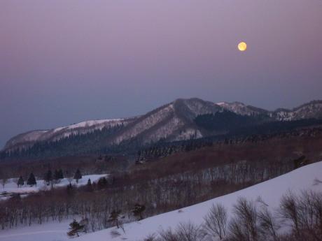 山腹から落月