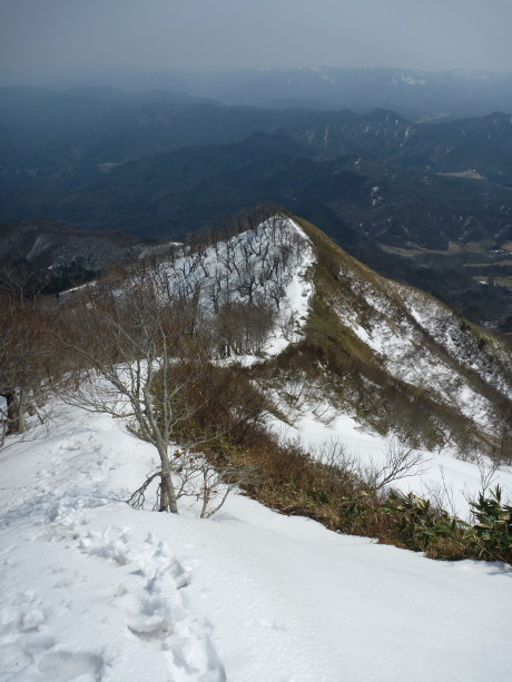 雪の尾根を下山