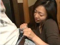 「若いエキスが欲しいの」そう言ってズボンのベルトに手をかけた熟女