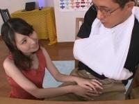 右手が使えない生徒の肉棒を手コキフェラチオで抜いてくれるスケベな家庭教師