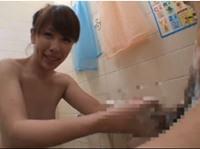 突然浴室に入ってきた息子の友達のちんぽをシコシコと洗うと… 結城みさ