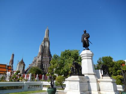 バンコク2013.5暁の寺仏塔全景と国王像