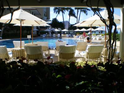 ハワイ2012.7ハレクラニ朝食レストラン前プール