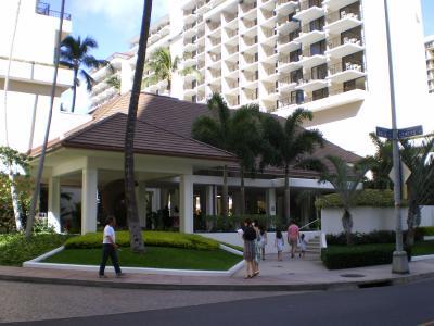 ハワイ2012.7ハレクラニ朝食ブッフェホテル入口