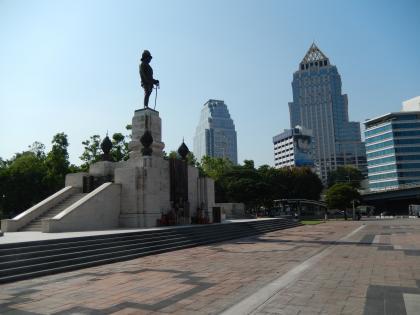 バンコク2013.5ルンピニ公園とラマ6世像