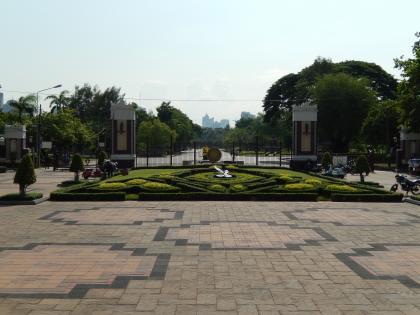 バンコク2013.5ルンピニ公園入口