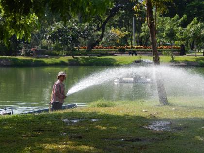 バンコク2013.5ルンピニ公園散水