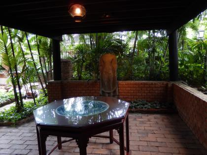 バンコク2013.5ジムトンプソン家仏像とテーブル