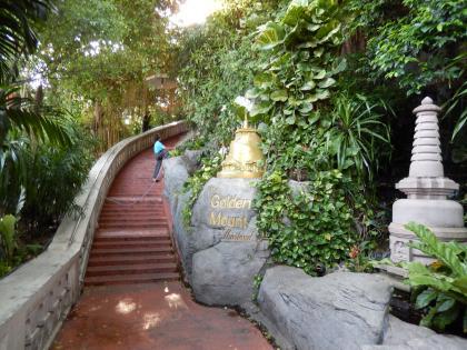バンコク2013.5黄金の丘寺院丘への道