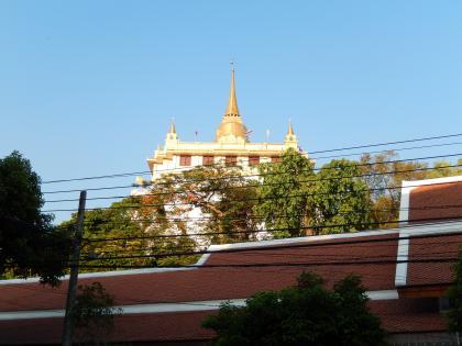 バンコク2013.5下から見る黄金の丘寺院