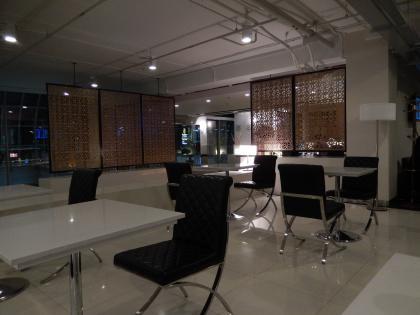 バンコク2013.5空港ラウンジ飲食用テーブル
