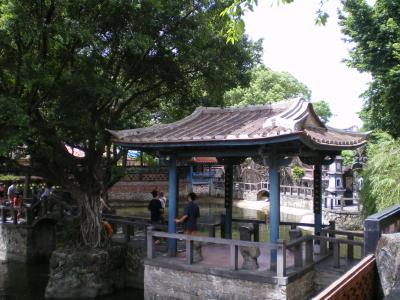 台湾2012.8林家庭園大池と釣台