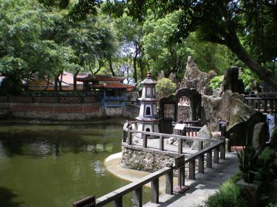 台湾2012.8林家庭園数字塔と大池