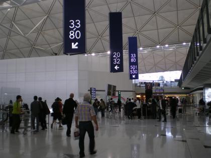 香港2012.12香港空港出発ゲートへ2