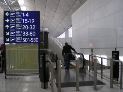 香港2012.12香港空港出発ゲートへ3