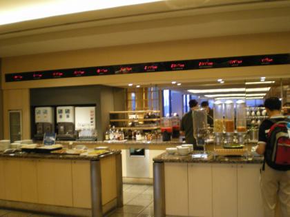シンガポール2013.1成田ユナイテッド航空ラウンジ軽食カウンター1