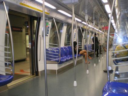 シンガポール2013.1地下鉄車内