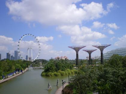 シンガポール2013.1橋からのガーデンバイザベイとシンガポールフライヤー