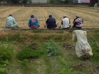 H221017川フェス畦に座り込んで昼食