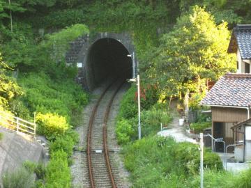 岡見駅側の旧トンネル