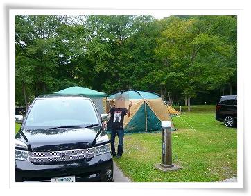 テントを張って嬉しそうなパパ☆