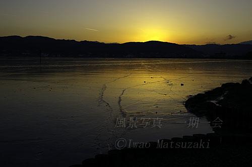 夕日の湖面