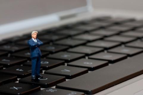 ビジネスマンとパソコン.jpg