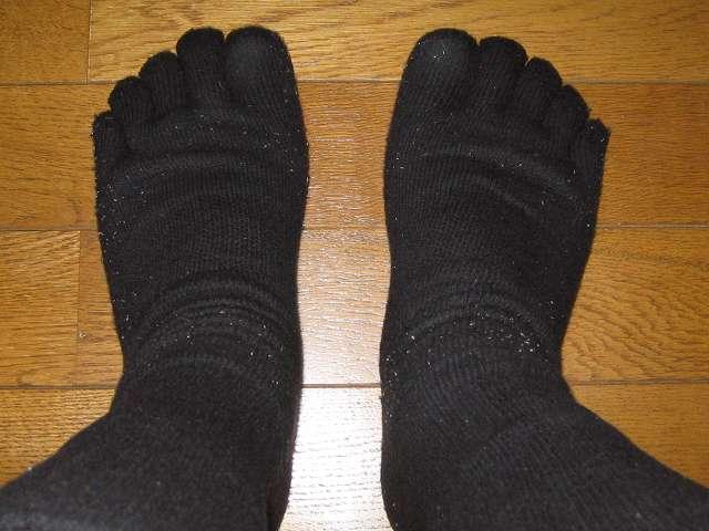 冷えとり靴下の 841(ヤヨイ) シルクインナーソックスを履いた状態からパイルもこソックスを履いたところ