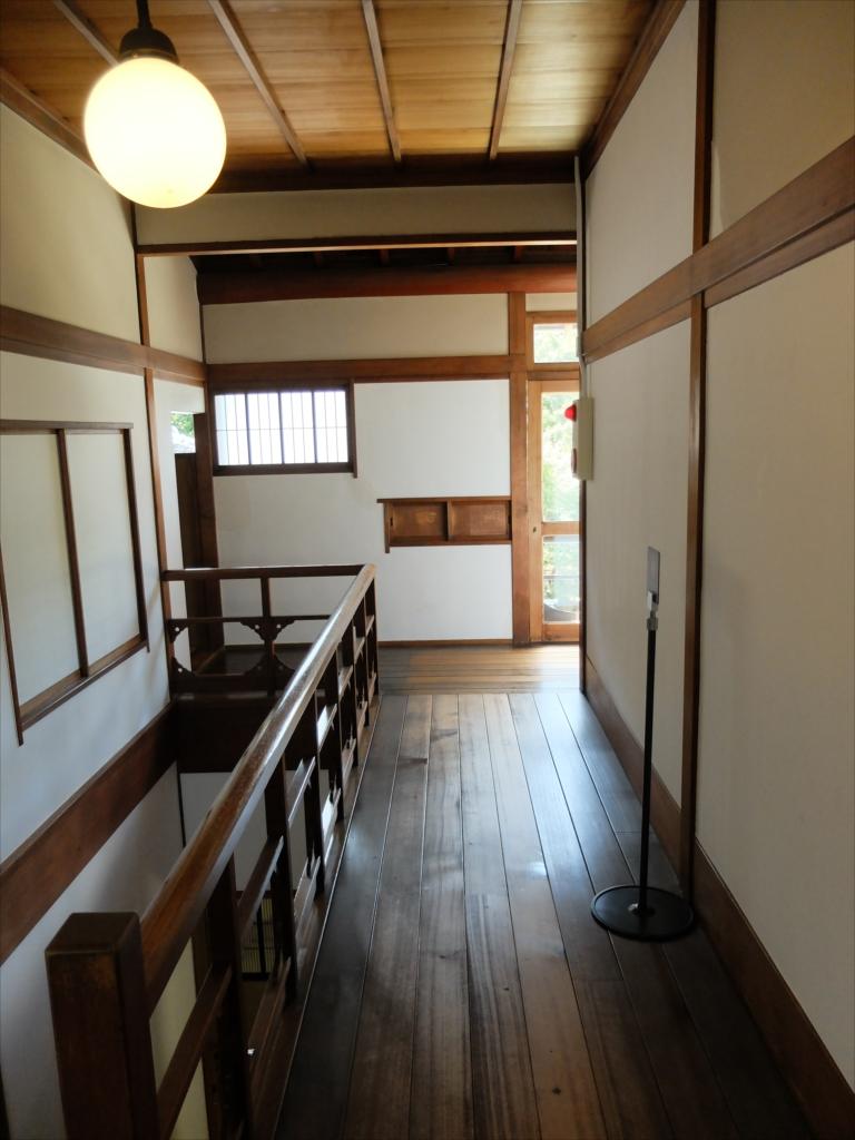 中庭側の階段と2階廊下