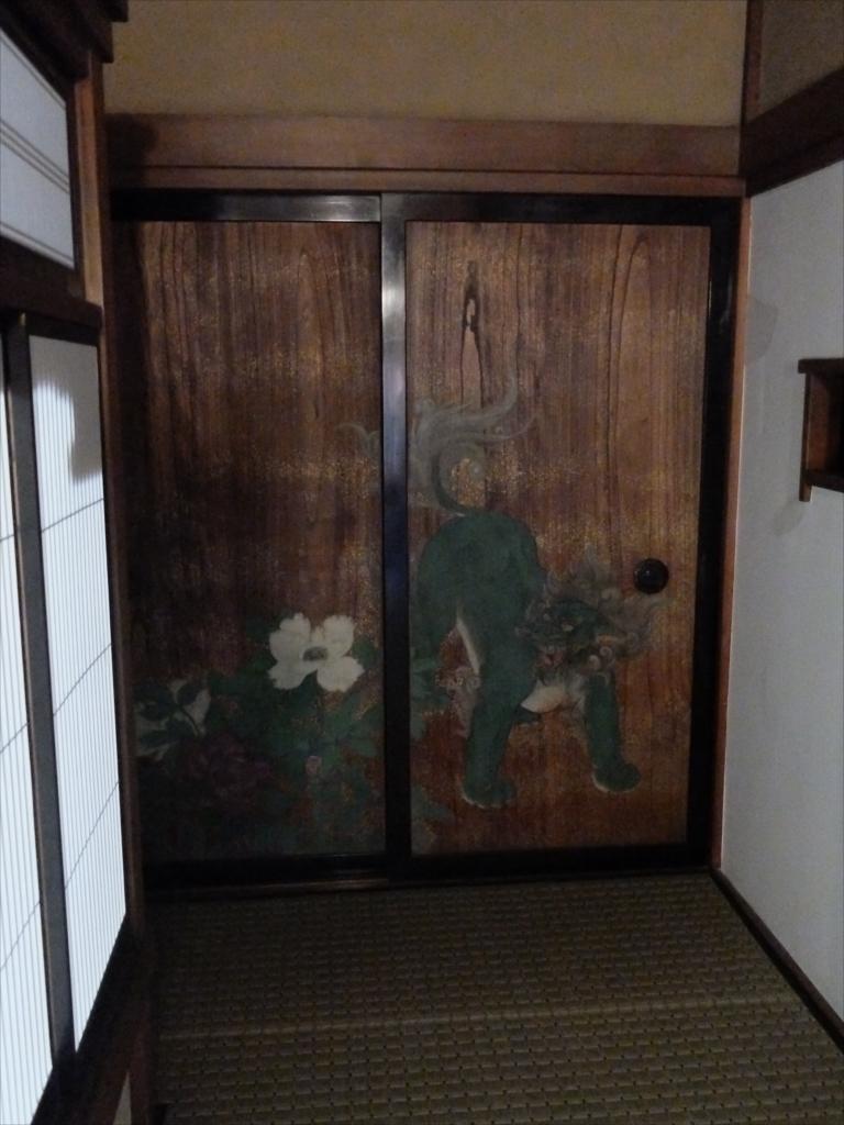 広間裏の通路から見えた板戸の絵