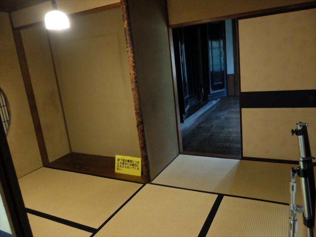更に奥には丸窓の部屋と土蔵の扉とが見えた