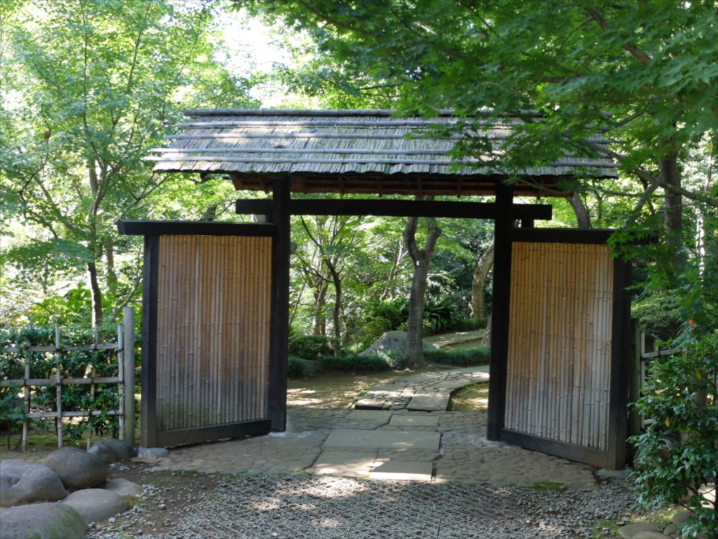復原された庭門をくぐる_1