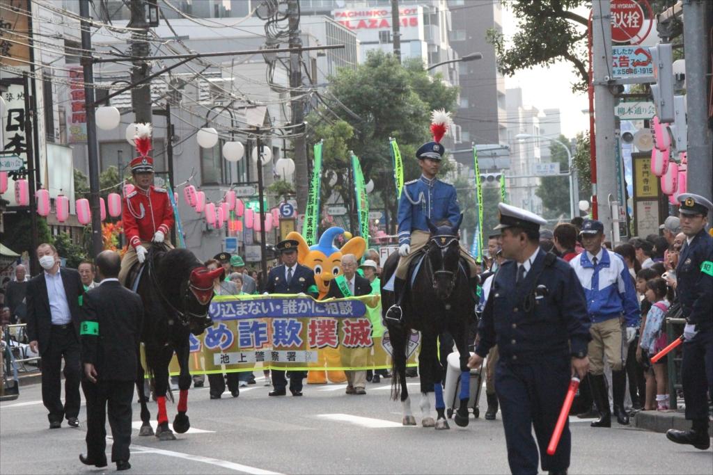 先導の騎馬警官_1