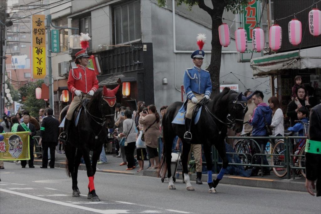 先導の騎馬警官_2
