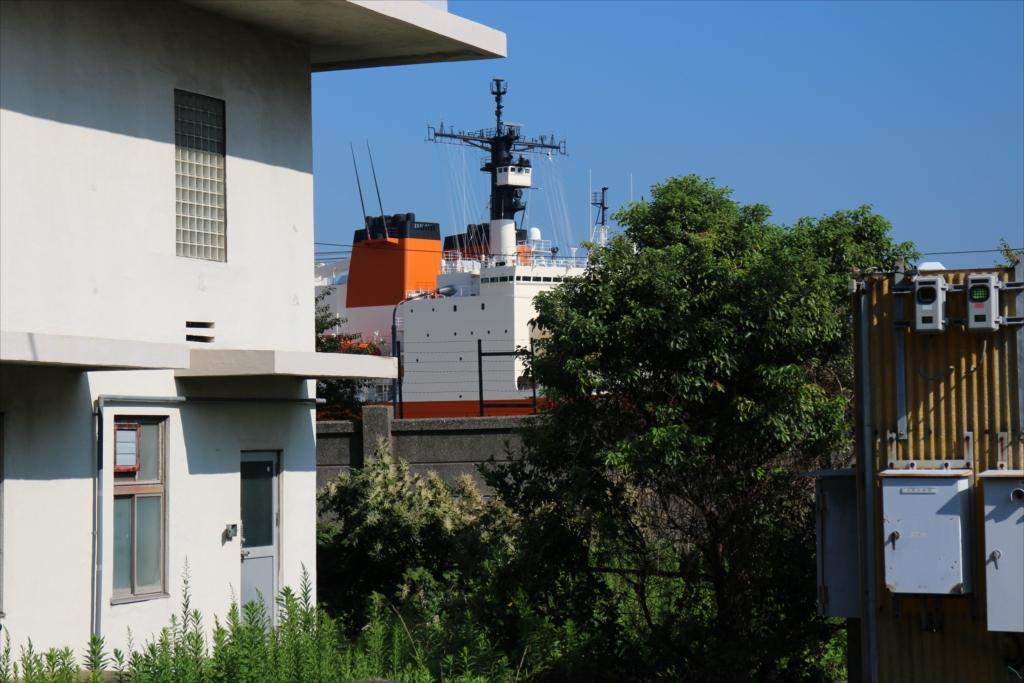 南極観測船『しらせ』の上部が見えている_2