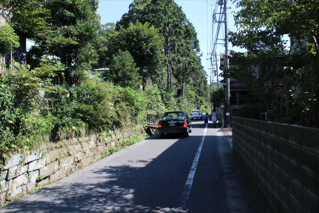 >鎌倉宮(大塔宮)の敷地横の道を進む