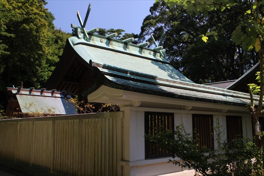 本殿の手前にある小さな建物は境内社の『南方社』_1