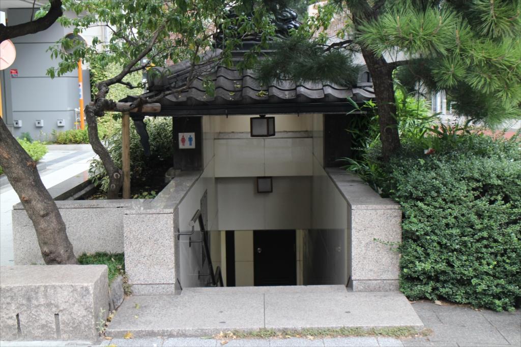 大門のすぐそばにあった公衆トイレ