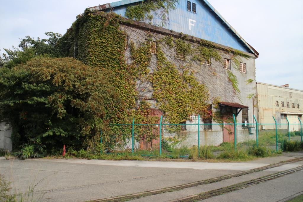 かなり古い建物と引き込み線