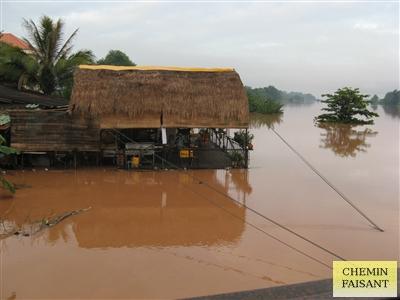 洪水後水上レストラン