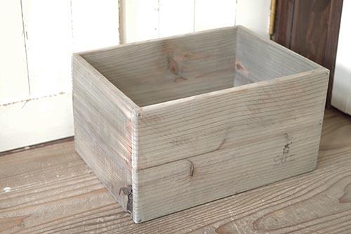 古材風に仕上げた木箱