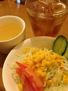 グリル&コーヒー ロビン 10月のディナーセット サラダ スープ 烏龍茶