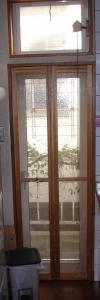 既存のキッチンの木の折れ戸