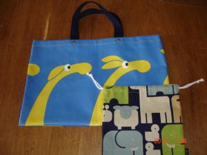 セバスチャン(ブルー)の通園バッグとズー(ブルー)の巾着袋