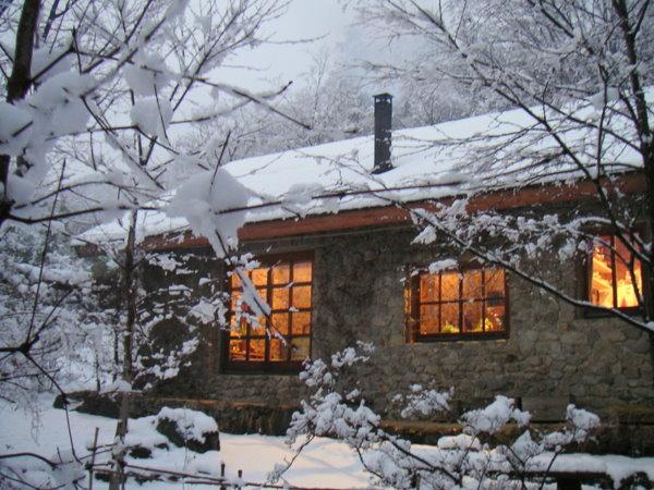 雪の日の石積みの家