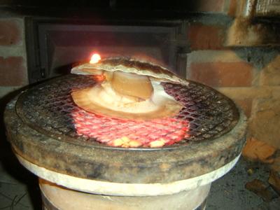 七輪で焼く帆立貝