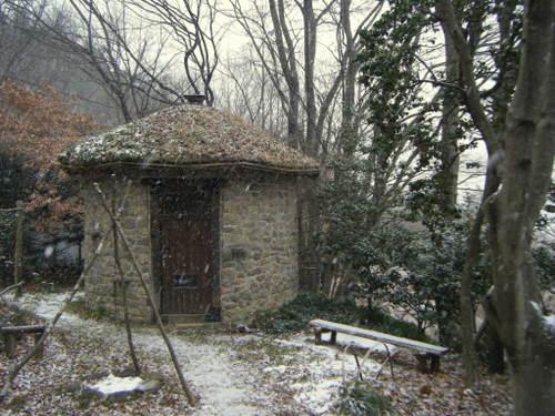 雪降り模様の石積みの小屋