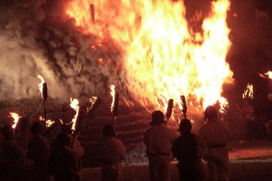 産屋が燃え上がるところ